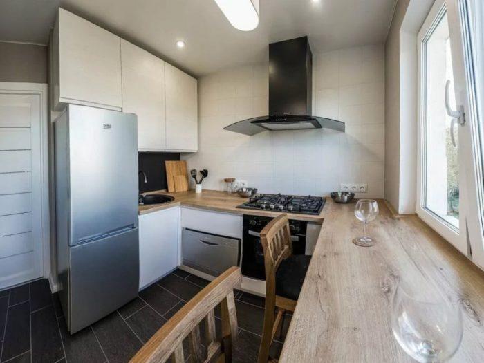 Дизайн маленькой кухни в хрущевке с холодильником - лучшие варианты с 35 фото